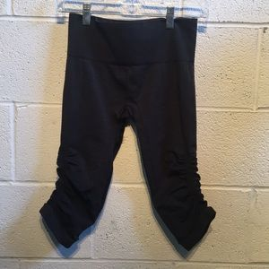 Lululemon dark grey Ebb & flow crops size 6 61254